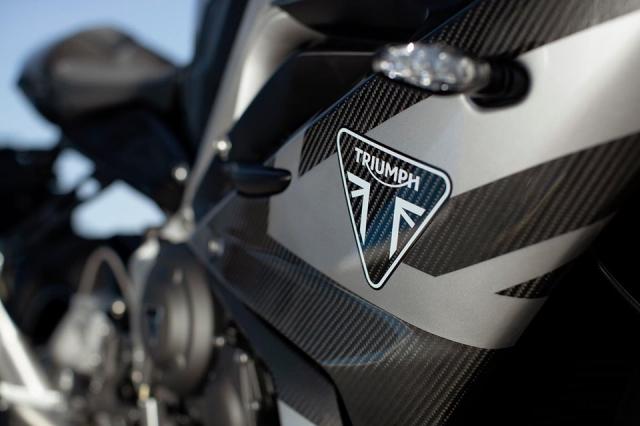 Triumph Daytona Moto2 765 Limited Edition chinh thuc trinh lang voi gia khoang 400 trieu VND