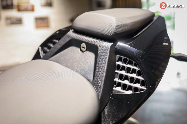 Chi tiet BMW S1000RR 2021 mau den Black Storm Metallic dau tien tai Viet Nam - 13